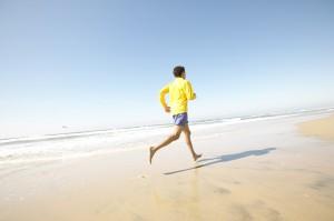 hombre corriendo en la playa