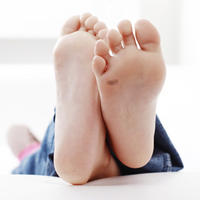 papilomas-en-los-pies-de-los-ninos_article