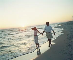 pareja paseando playa